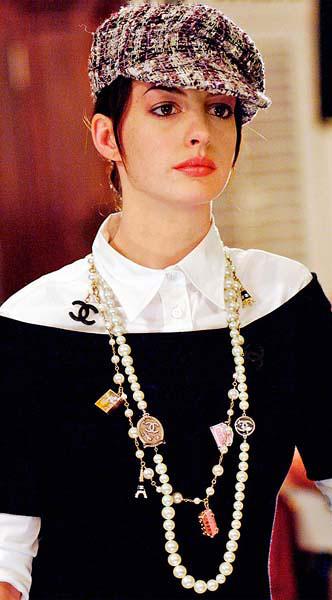Бусы Chanel - виды, как их носить и где их купить  870b09a50fb